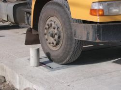 Embedded weighing platform scale with stud of delimitation for truck weighing